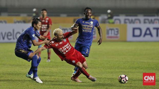 Cristian Gonzales menjalani debutnya di Timnas Indonesia saat menginjak usia 34 tahun.