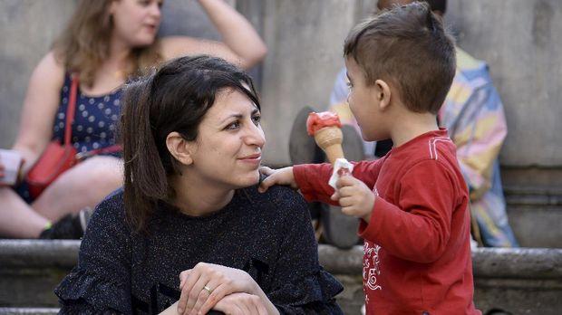 Nour dan putranya, Riad, pengungsi dari Suriah yang setahun terakhir tinggal di Italia di bawah lindungan Paus.