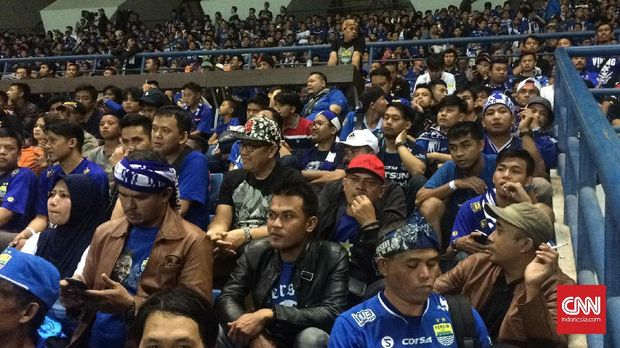 Ada sejumlah penonton yang sebenarnya mengenakan tiket gelang namun tak kebagian tempat duduk di tribune Stadion GBLA.