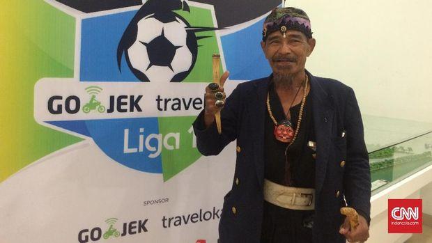 Abah Ipin pawang hujan yang sering membantu pertandingan Persib Bandung.