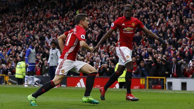 Jose Mourinho harus putar otak untuk mencari komposisi terbaik di lini tengah.