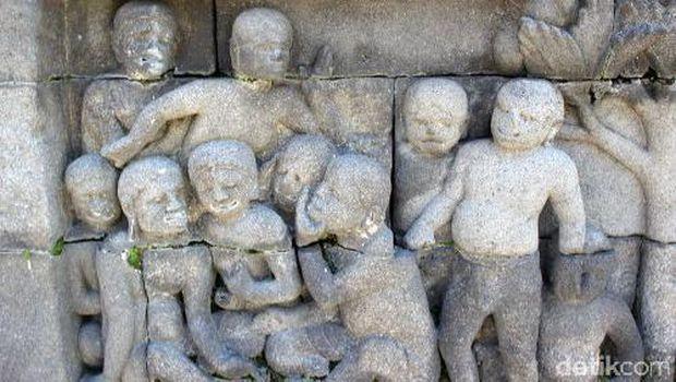 Relief sekumpulan orang yang sedang bergosip