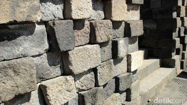 Batu penyokong yang menutupi sisa relief