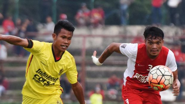 Ferdinand Sinaga (kanan) tampil untuk PSM Makassar pada kompetisi lalu.