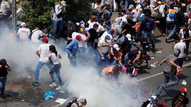 Kerusuhan dalam aksi demonstrasi anti-pemerintah di Caracas, Venezuela.