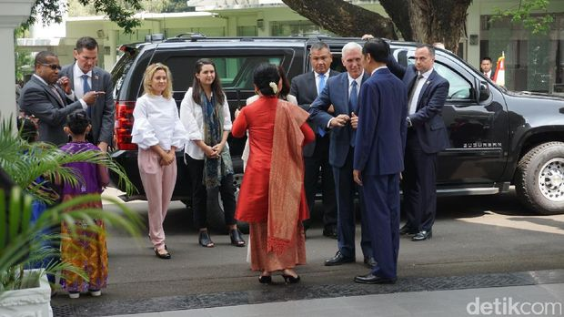 Ketibaan Wapres AS disambut Jokowi dan anak-anak SD berpakaian adat,
