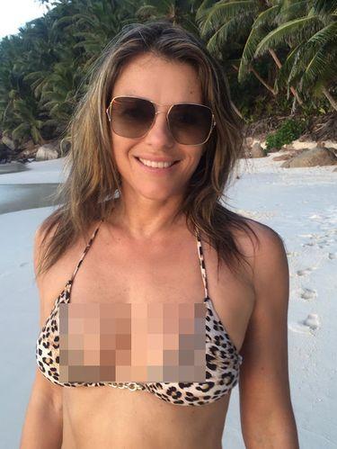 Elizabeth Hurley Seksi Berbikini di Usia 51