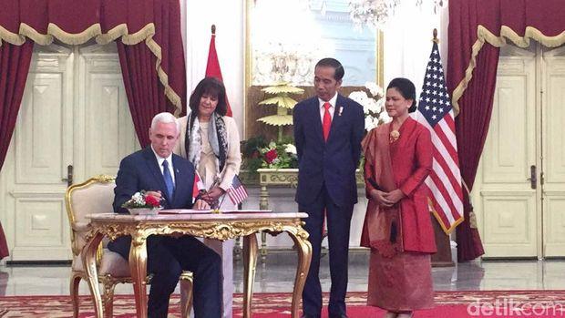 Jokowi mengajak Pence masuk ke Istana Merdeka meneken buku tamu