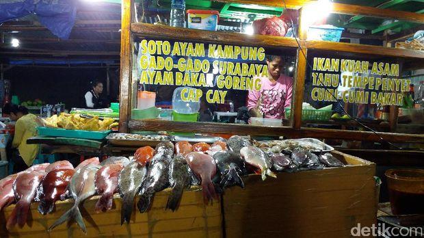 Warung makan yang menyediakan olahan ikan kakatua (Melisa/detikTravel)