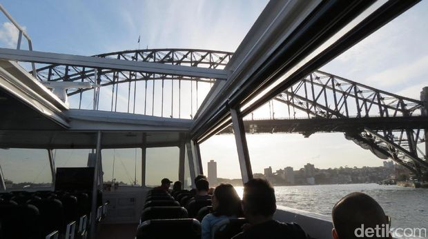 Cruise melewati kolong Sydney Harbour Bridge (Fitraya/detikTravel)