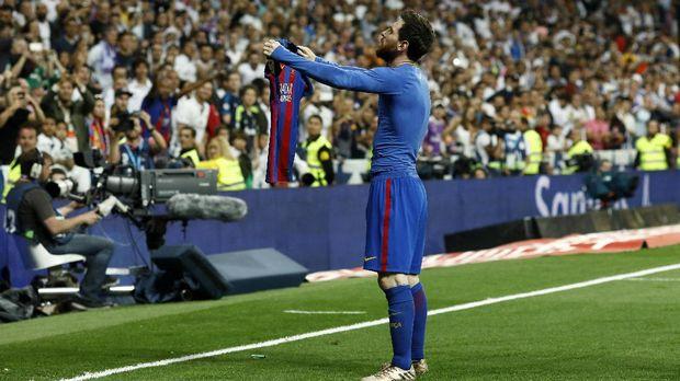 Musim lalu Lionel Messi pernah merayakan gol unik dengan membentangkan jerseynya usai mengalahkan Real Madrid di Bernabeu.
