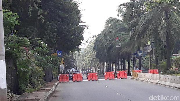Pembatas yang menutup Jalan RM Harsono