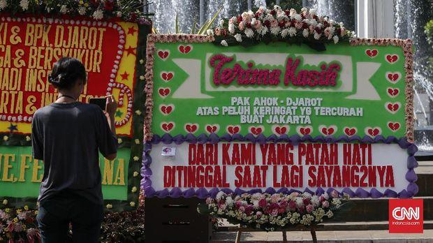 Karangan bunga dari warga untuk Gubernur dan Wakil Basuki Tjahaja Purnama-Djarot Saiful Hidayat memenuhi halaman Balaikota, Jakarta, Selasa, 25 April 2017.