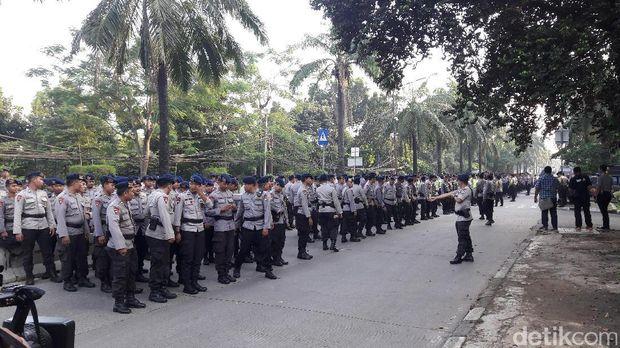 Personel kepolisian siaga mengamankan sidang Ahok