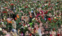 Momen-momen 'Banjir' Karangan Bunga di Belahan Dunia
