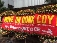 Karangan Bunga 'Ayo Dukung Oke Oce' di Balai Kota Dirusak