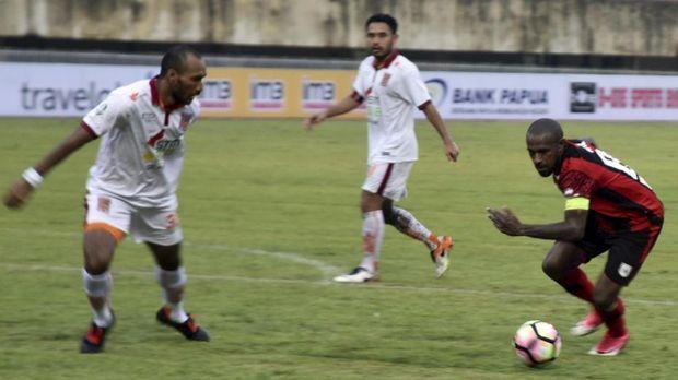 Kapten Persipura Boaz Solossa masih menjadi anutan para pemain muda asal Papua.