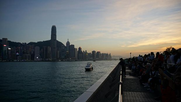 Keramaian wisatawan yang melihat sunset dari atas dek (Masaul/detikTravel)