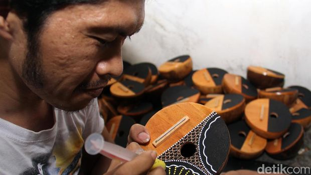 Pembuatan karimba, alat musik asal Afrika