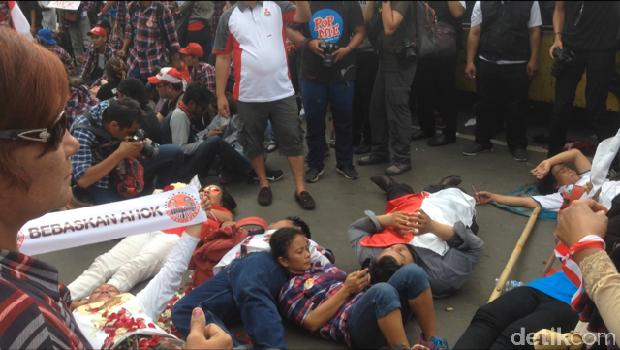 Massa pendukung Ahok aksi tiduran di depan Rutan Cipinang.