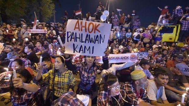Massa Pendukung Ahok Nyalakan Lilin di Depan LP Cipinang