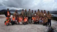 Jokowi dan Rombongan Berfoto di Depan Danau Habema