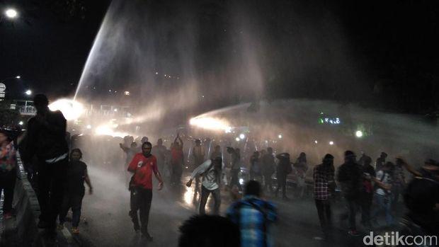 Polisi membubarkan massa pro Ahok di depan Pengadilan Tinggi DKI Jakarta.