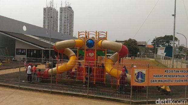 Taman bermain anak di RTH Kalijodo