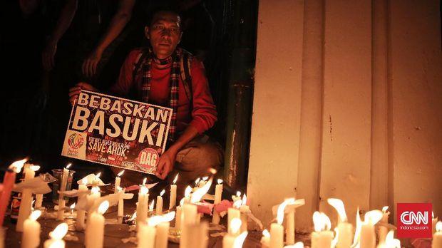 Sejumlah pendukung Basuki Tjahaja Purnama atau Ahok menyalakan lilin saat melakukan aksi di depan Tugu Proklamasi, Jakarta (13/5). Aksi tersebut menuntut Ahok dibebaskan dan bubarkan ormas-ormas yang radikal.