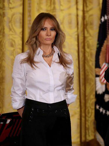 Jarang Terlihat, Saat Melania Trump Stylish Pakai Kemeja dan Celana Panjang