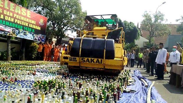 Sedikitnya 16.421 botol miras dimusnahkan.