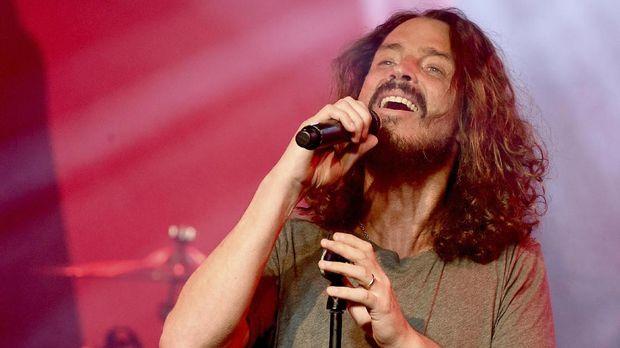 Chris Cornell yang juga meninggal bunuh diri seperti Chester Bennington, dimakamkan di Hollywood Forever Cemetery.