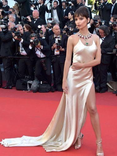 Foto: Invasi Model Seksi di Karpet Merah Festival Film Cannes