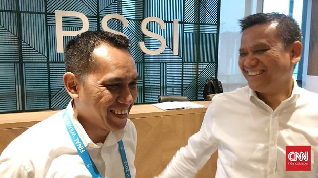 COO PT Liga Indonesia Baru, Tigorshalom Boboy (kiri), memprediksi klub Liga 1 baru akan memperoleh lisensi AFC pada November 2017.