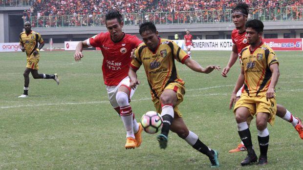 Komisi Disiplin PSSI menghukum Mitra Kukar kalah WO dari Bhayangkara FC karena memainkan pemain yang tidak sah. (