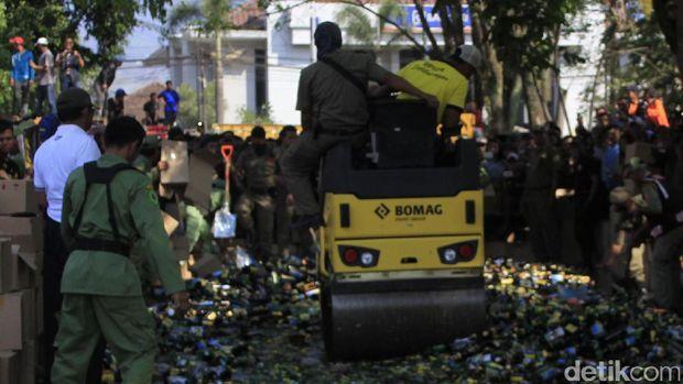 Banyak Korban Berjatuhan, Puluhan Ribu Botol Miras di Bandung Dimusnahkan