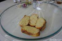 Callah bread yang sedang direndam dalam adonan susu dan telur