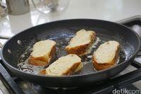 Setelah direndam, roti kemudian dipanggang dengan butter.