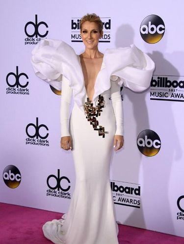 Foto: Celine Dion Bak Malaikat dengan Gaun Putih di Billboard Music Awards