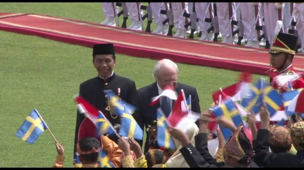 Jokowi menyambut kedatangan Raja Swedia.