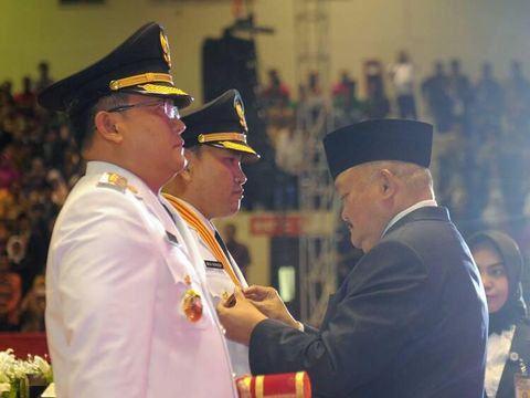 Gubernur Sumatera Selatan Alex Noerdin melantik putra sulungnya Dodi Reza Alex sebagai Bupati Musi Banyuasin, Senin (22/5/2017)