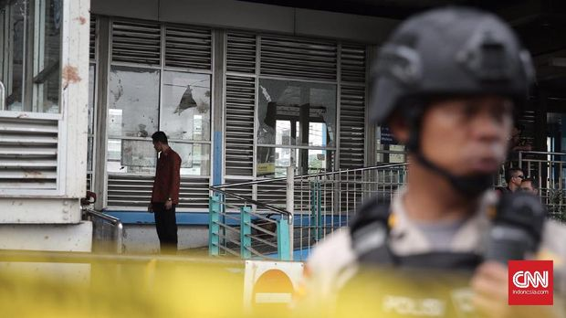 Polisi melakukan olah TKP kejadian bom di Kampung Melayu, Jakarta Timur.