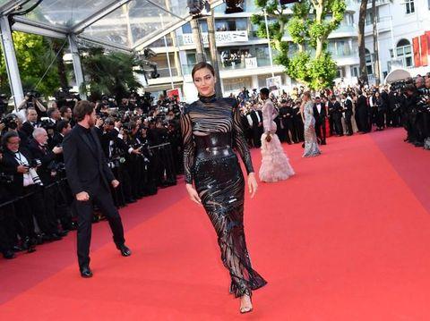 Tampil Seksi Lagi di Cannes, Irina Shayk Pakai Gaun Transparan