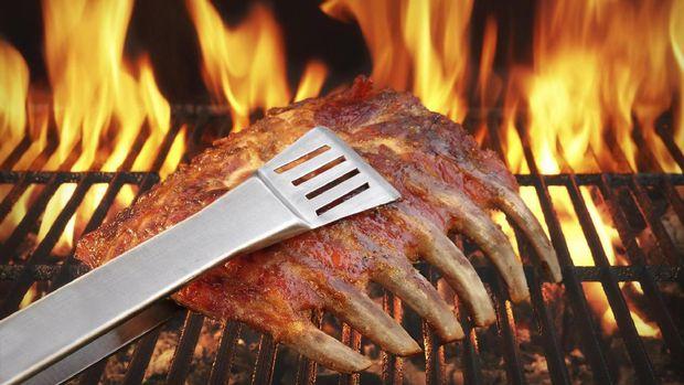 Pastikan temperatur panas tepat sebelum membakar daging