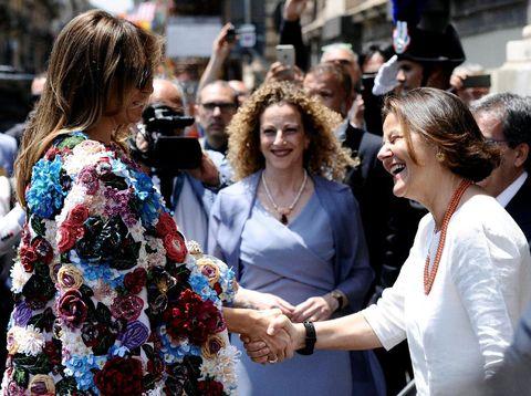 Foto: Gaya Melania Trump Pakai Coat Rp 685 Juta Saat Kunjungan ke Italia