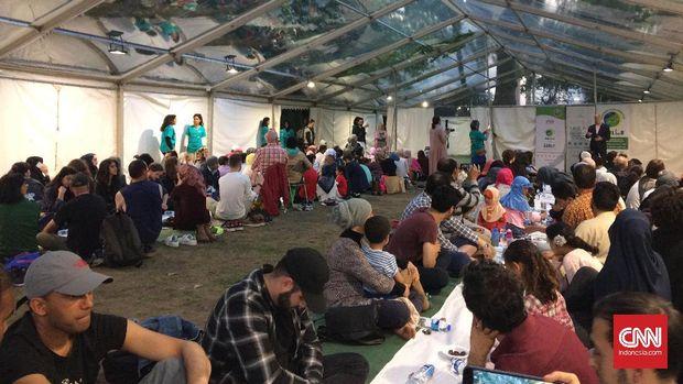 Buka Bersama, Ratusan Warga London Santap Nasi Rendang.