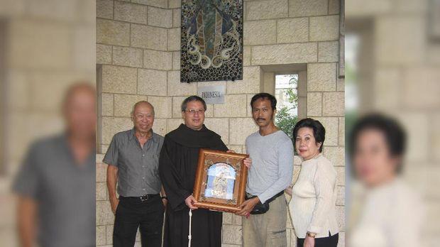 Joe Kamdani (paling kiri) dan seniman keramik F. Widayanto (kedua dari kanan) pada saat serah terima patung Madonna dari Indonesia dengan Pastur Ricardo Bustos di Basilica of Annunciation.
