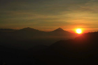 Yuk, Nikmati Sunrise Sambil Minum Teh Lokal di Bukit Ngisis
