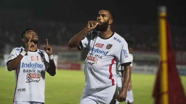 Nama Sylvano Comvalius meroket di liga sepak bola Indonesia dan terpantau hingga Malaysia.