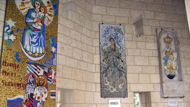 Patung Bunda Maria dari Indonesia terpajang bersama dengan patung dari negara lain.